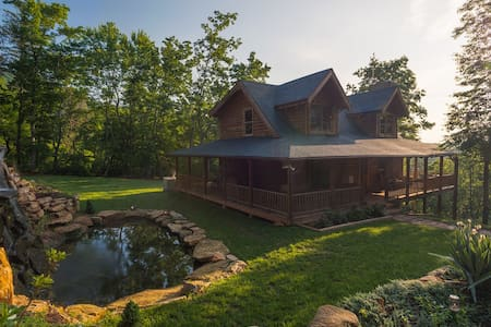 A Touch of Luxury  Cabin in Mill Spring - Hytte