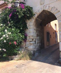 Studio de charme dans un beau village médiéval - Appartement