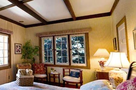 Cozy Mountain Bed&Breakfast (Wild Rose Room) - Pine - Szoba reggelivel