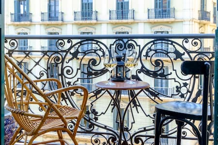 I have an excellent room at the heart of Barcelona. It's 5 mins walk from Plaza Catalunya, Las Ramblas,Barrio Gothic and 10 mins from the beach. You can see most of Barcelona by walk. The city tour bus is right at the doorstep.