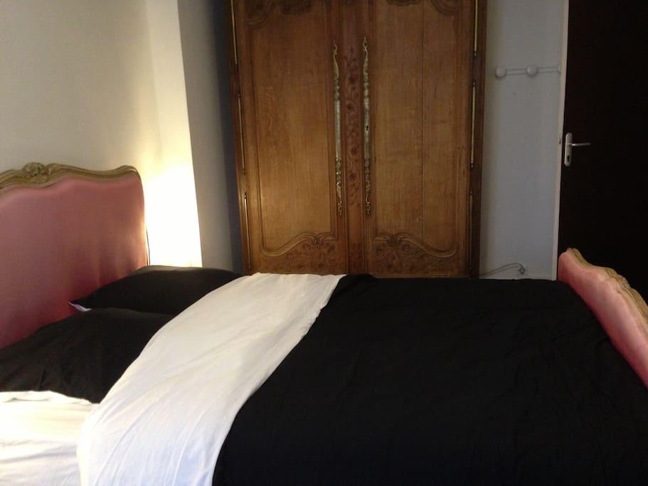 Un second clin d'œil de cette chambre avec une grande armoire normande pour le rangement de vos vêtements.