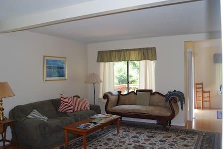Nice, Quiet 2 Bedroom Condo - Lakás