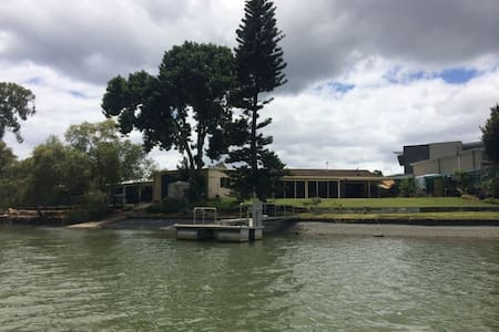 Waterfront house on Currumbin creek - Hus