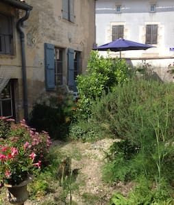 Cottage 1 or 2 bed. with Wall Garden - Chef-Boutonne - Haus