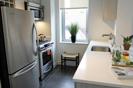 650 sqft modern apartment. Clean, modern, minimal. Queen bed plus sofa cum bed. Fully equipped kitchen with dishwasher. Unit also has inbuilt washer dryer. Balcony attached. 3 blocks from 1,2,3 and B, C trains. 1 block from Whole Foods, Home Goods.