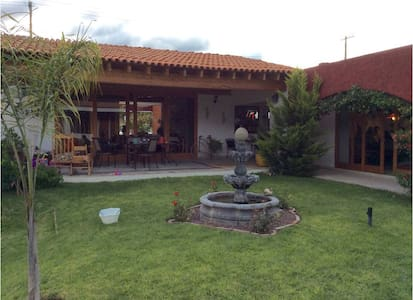 Moderna residencia estilo hacienda.
