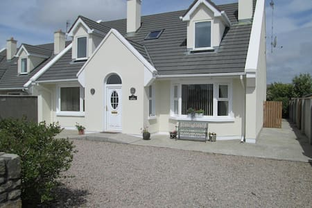 Come and stay in 'Red Sails', our much loved family vacation holiday home in Carna a traditional Connemara seaside village. Located within 5 minutes of many golden sandy beaches. Ideally positioned to visit all the attractions of Connemara.