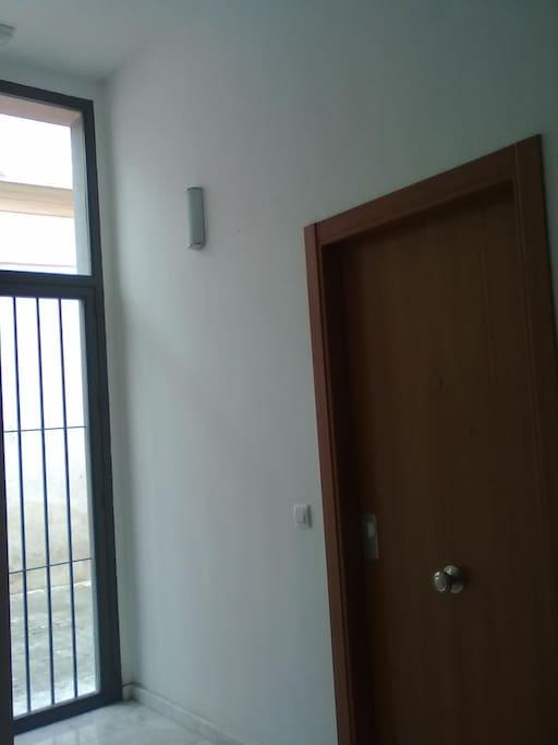 Puerta de entrada el el apto.
