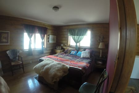 Ike's Canyon Ranch Master Bedroom - Round Mountain - House