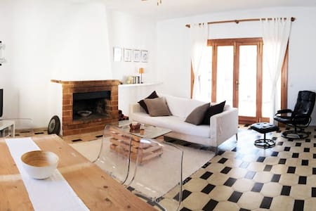 Lovely beach house located in S'Estanyol de Mitjorn, one of the southeastern coastal towns of Majorca. Five minutes away from the paradisiac white sand beaches of Sa Rápita-Es Trenc.