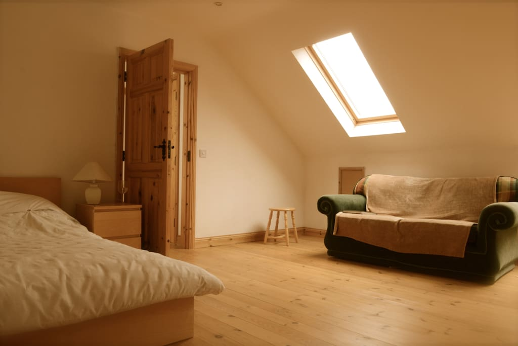 Large upstairs bedroom with kingsize bed and also small childs sleeping bed.