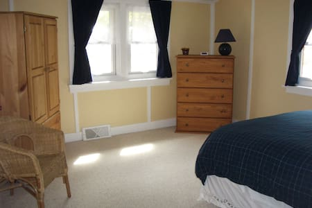 Yellow room in a cottage like home. - Banff - Bed & Breakfast