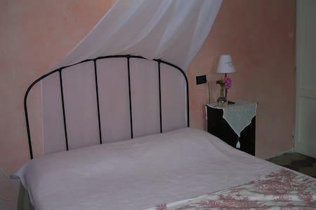 La casa tra le vigne - stanza rosa - Gavi - Hus