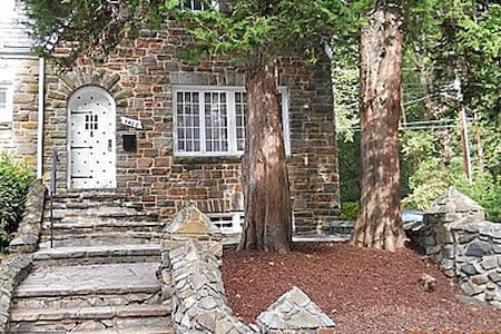 Charming Stone House Lower Level - Baltimore