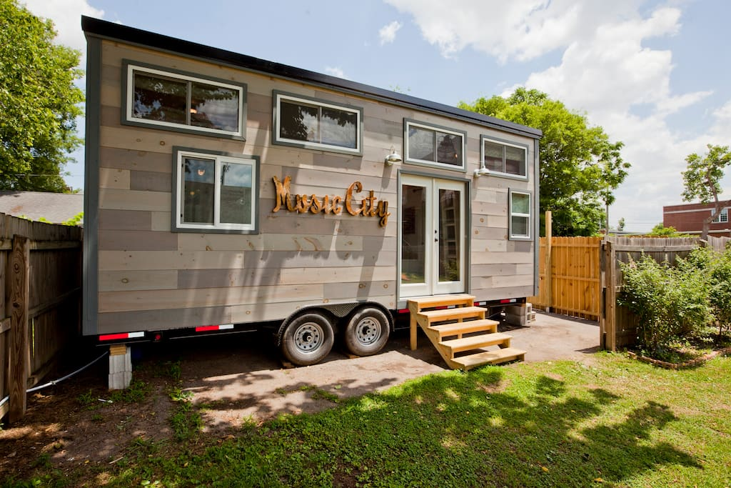 Music city 39 s tiny house houses for rent in nashville for Rent house for a night