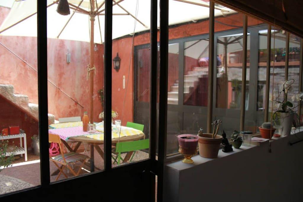 Vue de la cuisine sur le patio