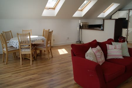 Lovely bright sunny 2 bedroom apartment as part of a recent barn conversion. Nestled in the country side but conveniently located only 1k from New Ross town.