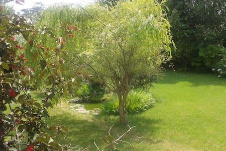Habitaciones en casa con jardín  - Casa