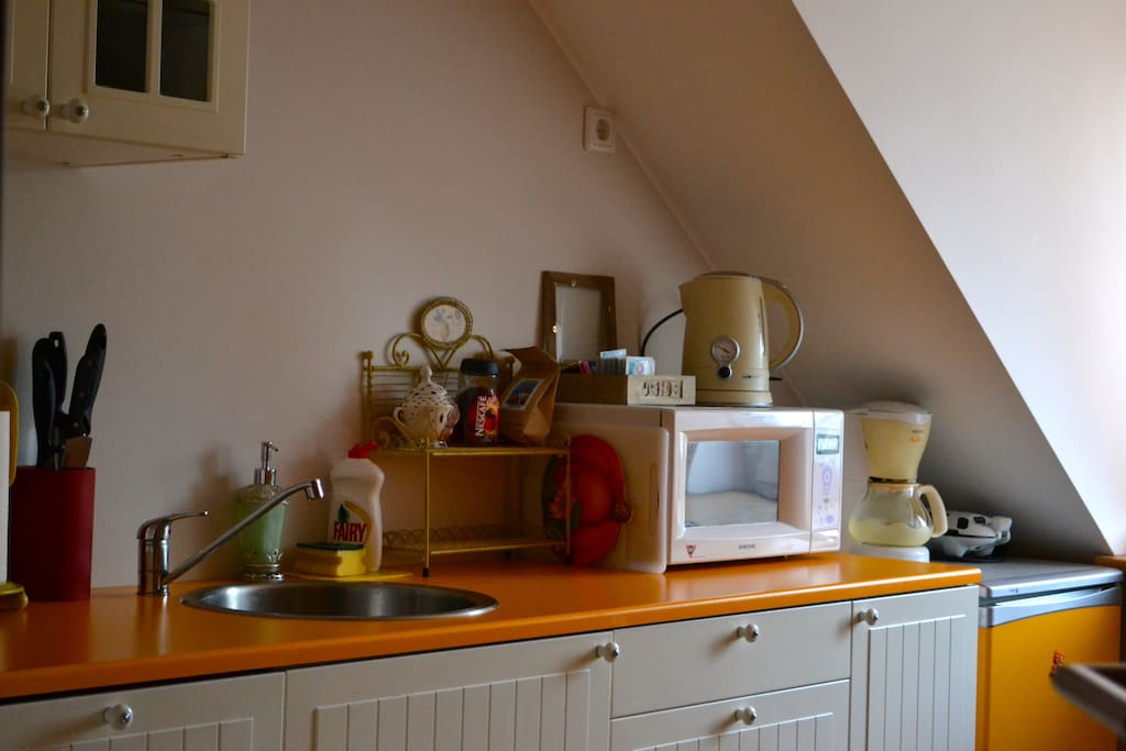 Microwave, coffee machine, oven, dishwasher - this kitchen has everything you might need.