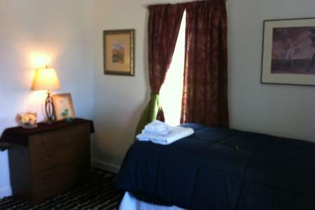 2 COMFY TWIN BEDS NEAR OCEAN & TOWN - Hus