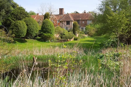 Charming Farmhouse, Idyllic Gardens - Colchester - Bed & Breakfast