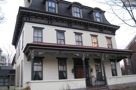 Gracious Old Home (Magdalena Room) - Hollidaysburg
