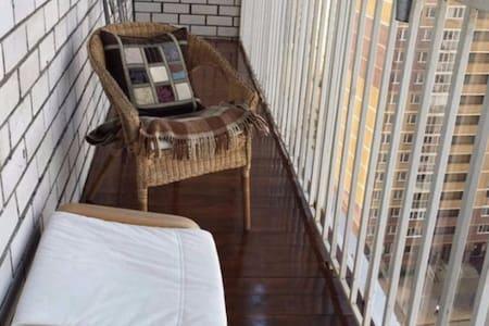 уютная квартира с большим балконом,рядом с ТЦ Мега - Kazan
