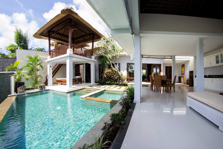 Living room + pool + gazebo