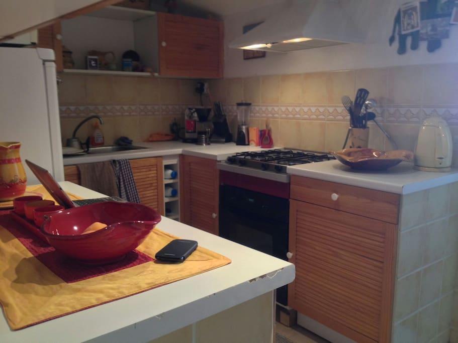 Cuisine: plaque à gaz, four électrique, lave vaisselle, lave linge, congélateur, cafetière expresso italienne, tout ustensiles de cuisine...