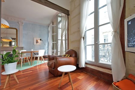 Bright and spacious 70m2 apartment with charming 19th century features (high ceilings). Nicely located in the historical centre of Montpellier, a short walk from restaurants, cosy squares, cafes, shops and transport links.
