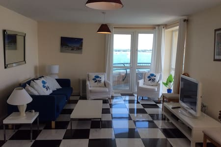 Beautifully decorated 3 bedroom apartment with outstanding sea and harbour views from all windows, within walking distance of shops, sights, restaurant, pubs,beach. A true holiday dream. Great for families, fishermen, golfers and nature lovers.