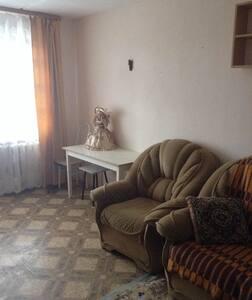 одно- двухкомнатные квартиры посуточно в Серове - アパート