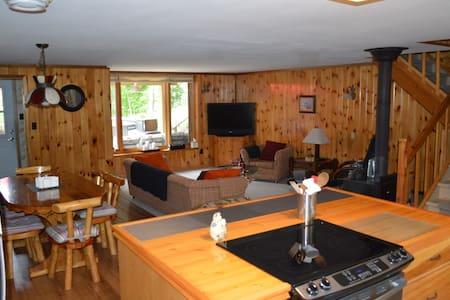 3 bedroom cottage on Moira Lake. - Kisház