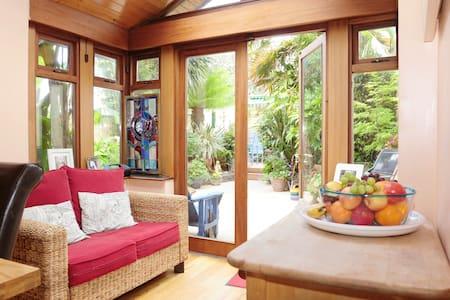 Warm family home & garden in D9 - Santry - Bed & Breakfast