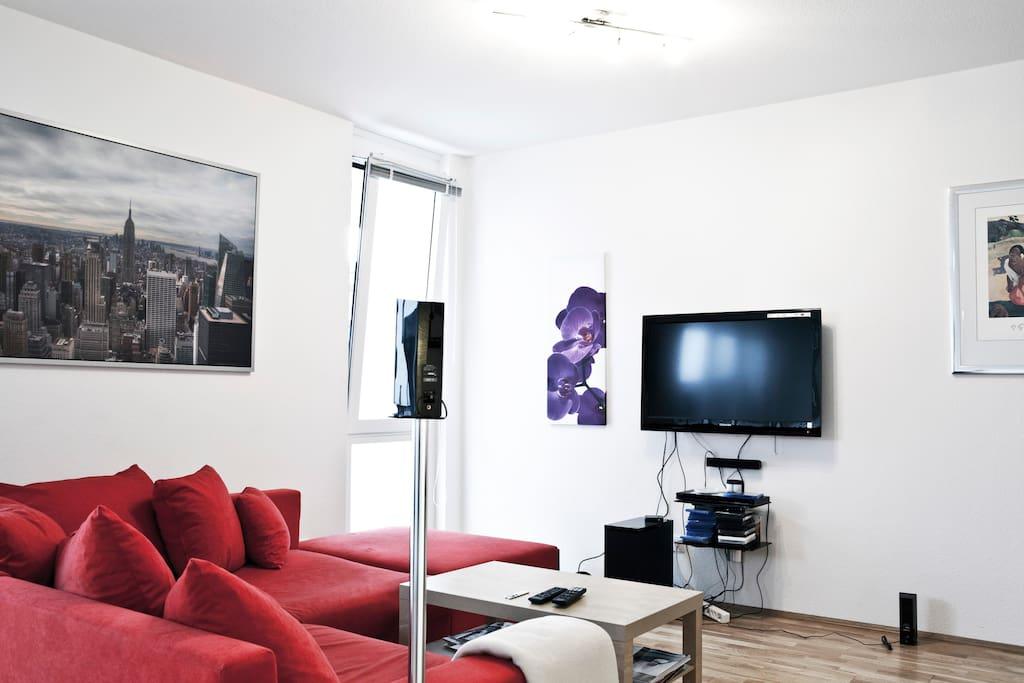 Wohnzimmer mit großer Sofalandschaft  + LCD mit 5.1 Dolby Anlage
