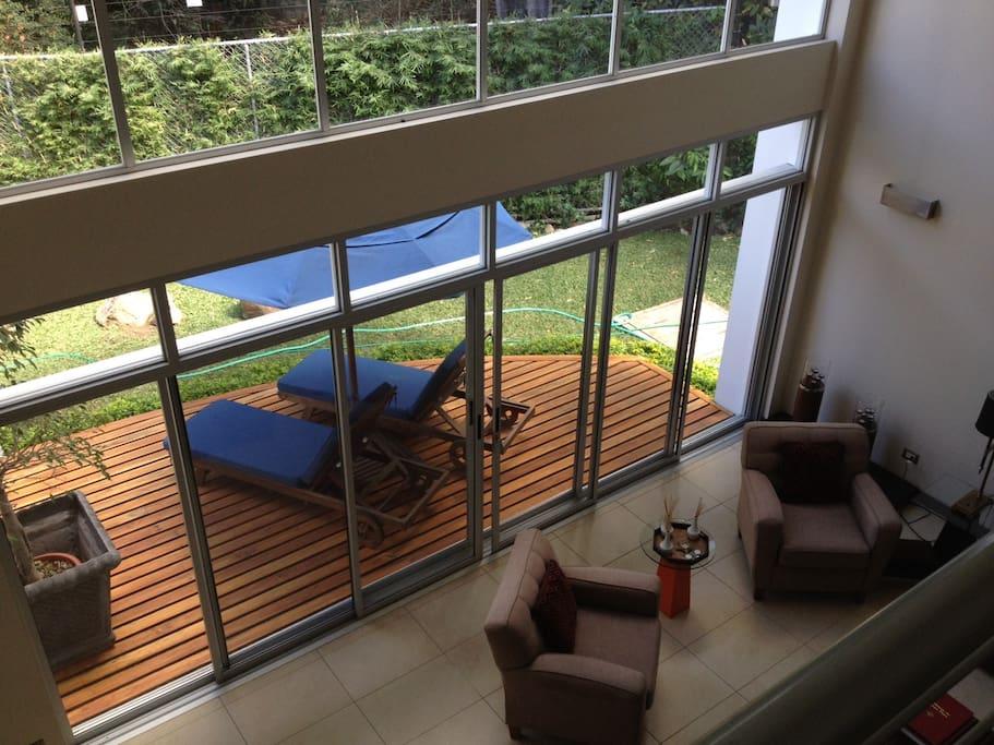 vista del salon y parte de la terraza desde el nivel superior