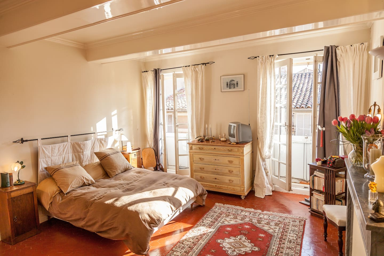Bedroom in luxury apt city center