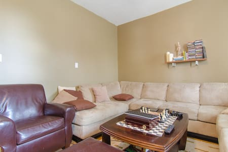 Amazing One bedroom located in the heart of the Ottawa ByWard Market walking distances to everything you need, from the National Art Gallery, upscale restaurants,US embassy,  nightlife and much more.