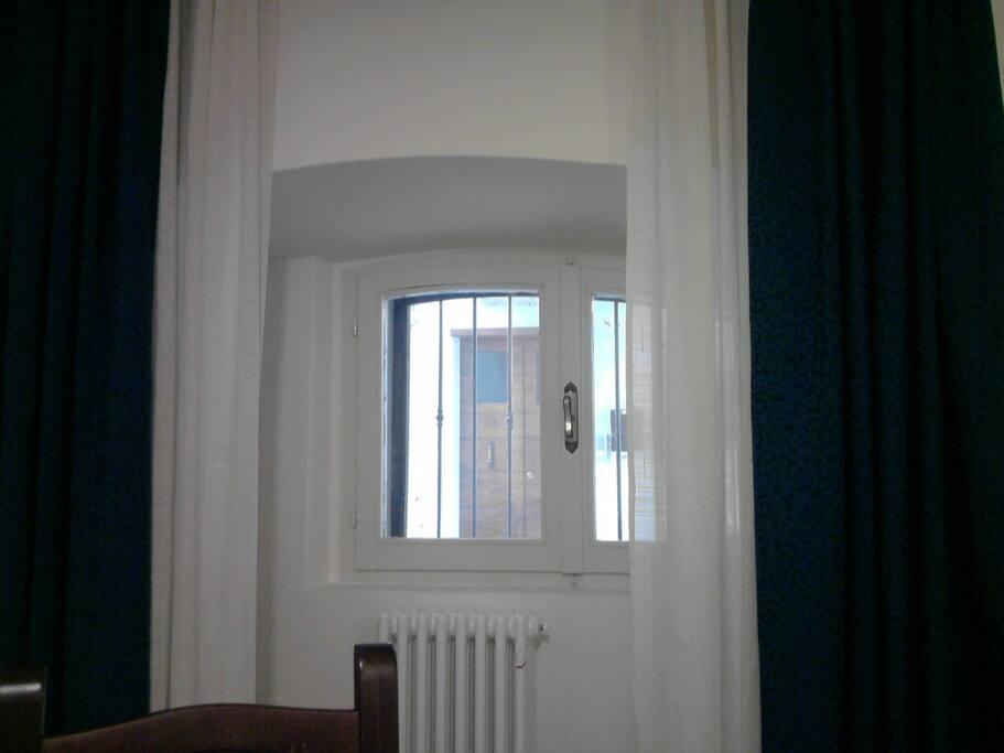 finestra sotto l'arco della via