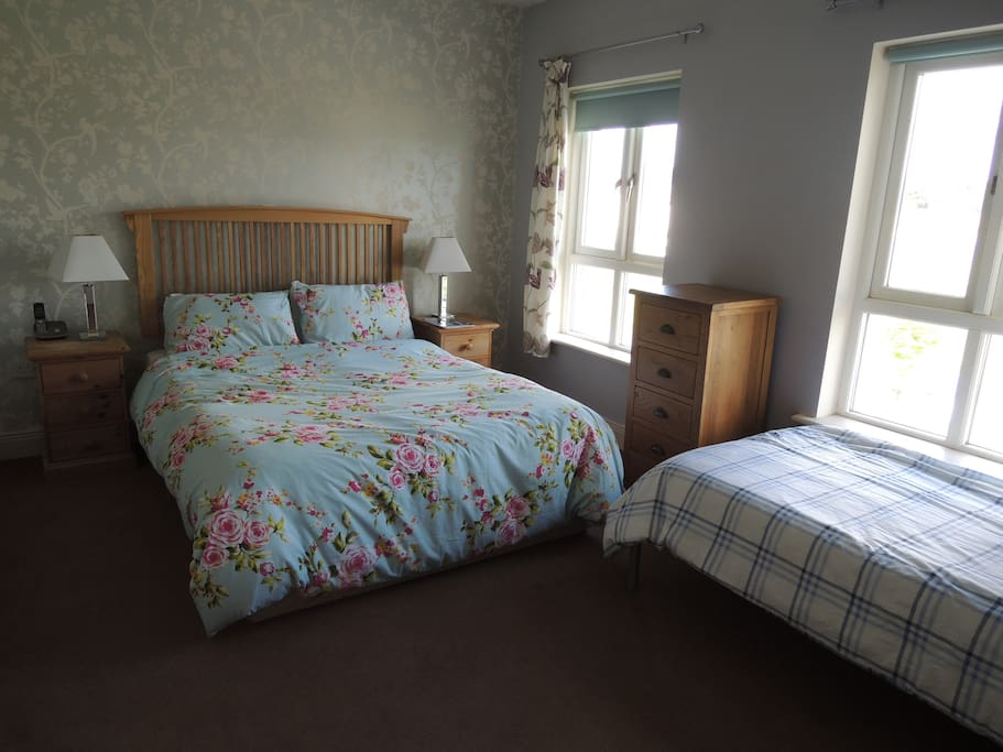 Lovely large room with Kingsize bed and optional single bed