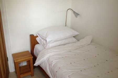 Single room overlooking garden & private bathroom - Talo