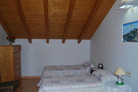Habitacion doble con posibilidad de una 3ª cama - Chalet