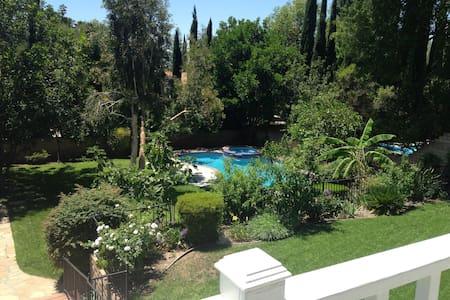 Beautiful2BR GUESTHOUSEon LA Estate - Hus