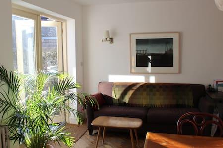 Bright quiet room in D8/centre