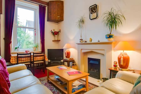 COSY Room in leafy Scotstoun area - House