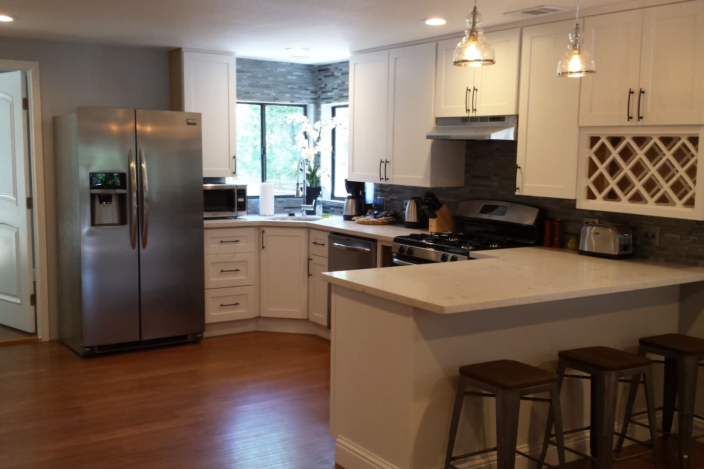 Brand new kitchen with full amenities!