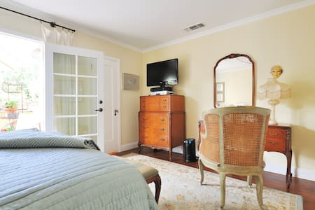 Charming Private Suite Downtown   - Hus