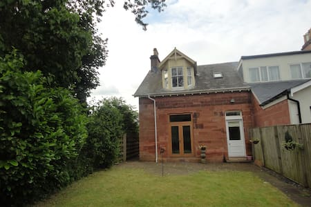 Charming House near Glasgow Games - Casa