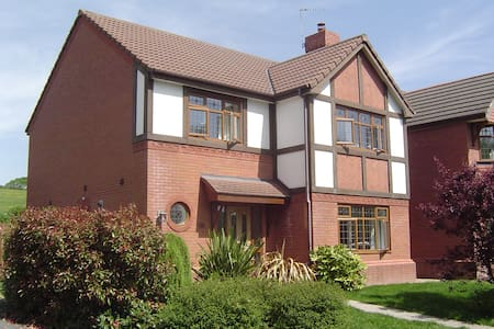 Double room in new family house. - Cardiff - Casa