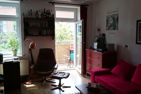 Großes Zimmer mit Balkon in Leipzigs Westen - Leipzig - Appartement